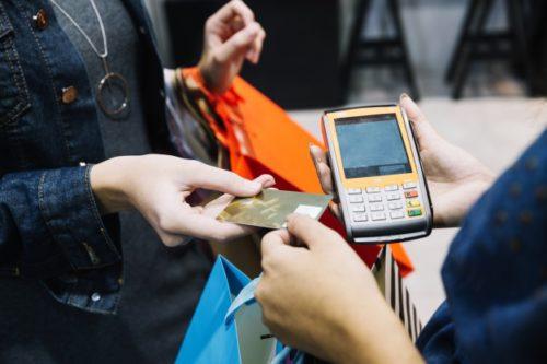 mulher compra cartão-pré pago exterior